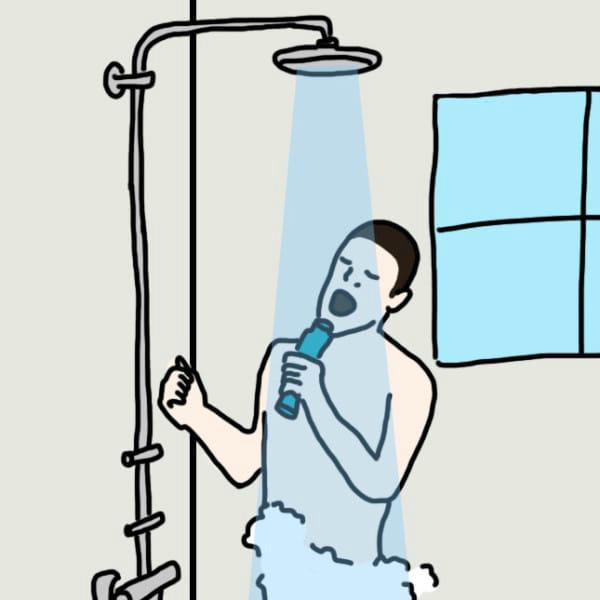 他 一边/一面 洗澡 一边/一面 唱歌